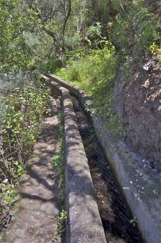 Wasserkanal in der Falkenschlucht, dort wird entlang gewandert