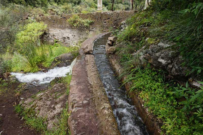 Wasserkanal auf Gran Canaria, vergleichbar mit den Levadas auf Madeira