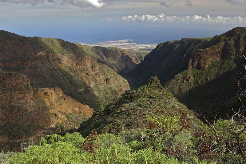 Blick über das Tal von Guayadeque bis zum Flughafen von Gran Canaria
