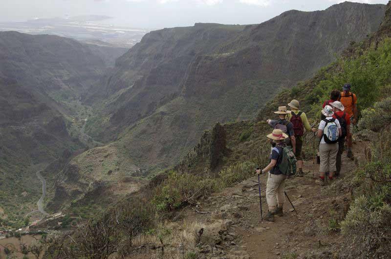 Wandergruppe auf einem Weg im Barranco de Guayadeque