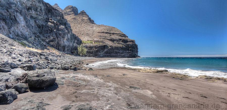 Sand und Steine am grossen Strand von Gui Gui