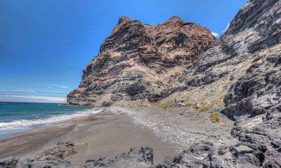 Blick auf den nördlichen Teil der Playa Guigui Chico und im Hintergrund die Felswände des Anden Colorado.
