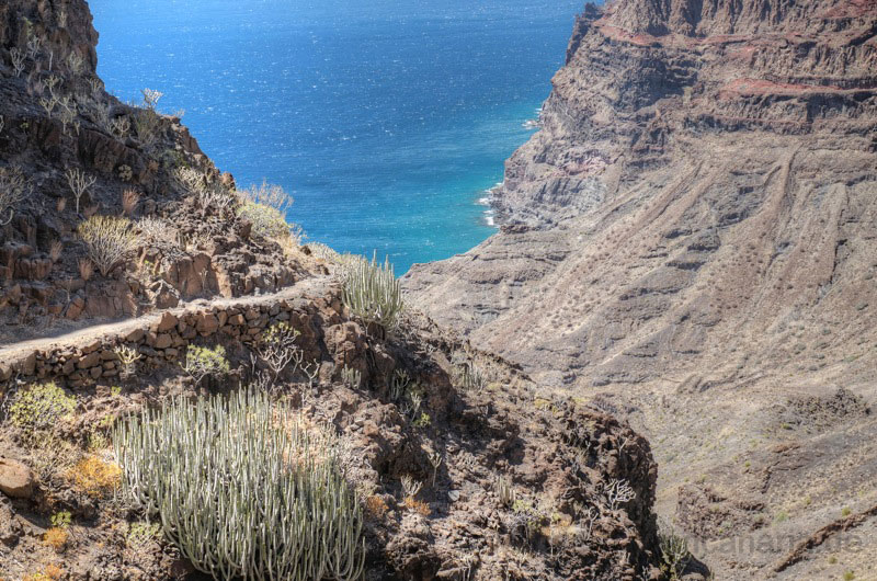 Schön mit Steinen befestigter Wanderweg bergab zum Guigui Strand