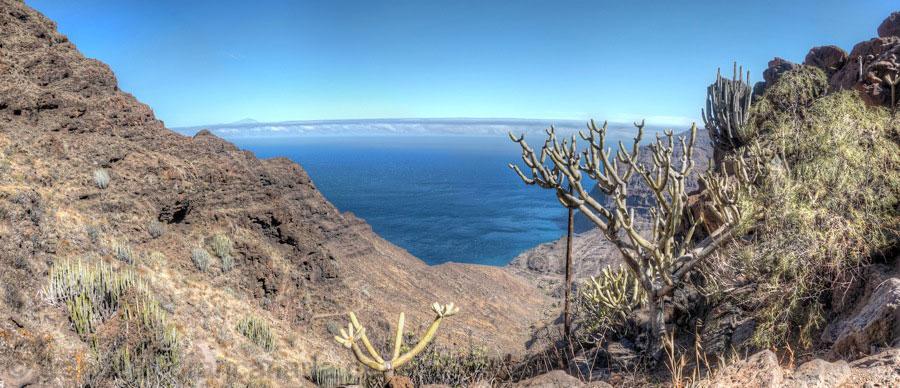 Bild vom Sattel von Degollada de Aguas Sabinas über das Tal von Güigüi nach Westen mit dem Teide im Hintergrund