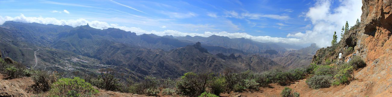 Panoramafoto vom Zentrum von Gran Canaria von den Cuevas de Caballero aufgenommen. Im Blick der Roque Nublo, Roque Bentaiga und Tejeda