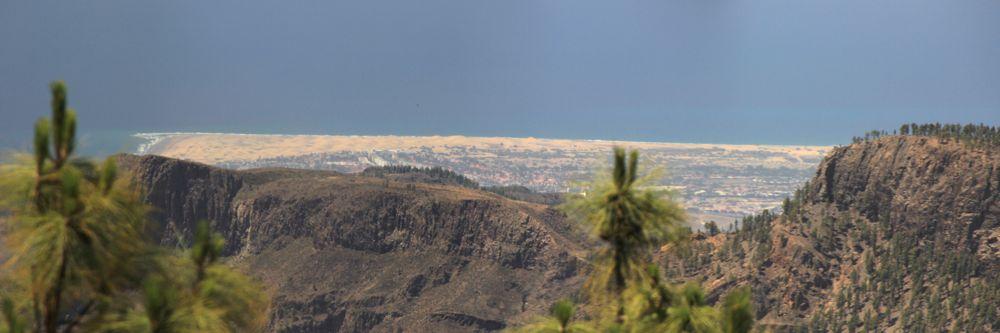 Blick vom Zentrum von Gran Canaria zu den Dünen von Maspalomas und Playa del Ingles.