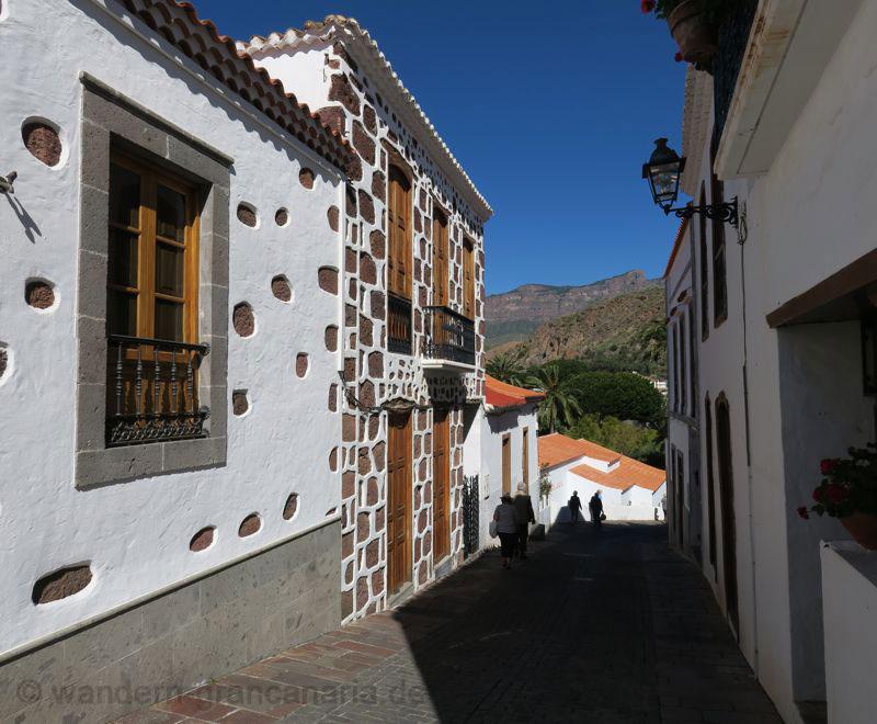 Gasse mit Häusern in kanarischer Architektur oberhalb vom Park von Santa Lucia.