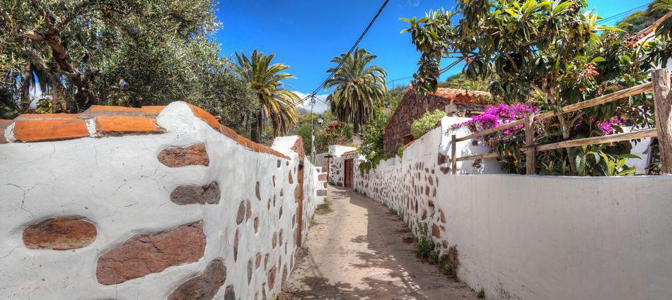 Gasse mit typisch kanarischen Häusern bei einer Wandertour unterhalb von Santa Lucia