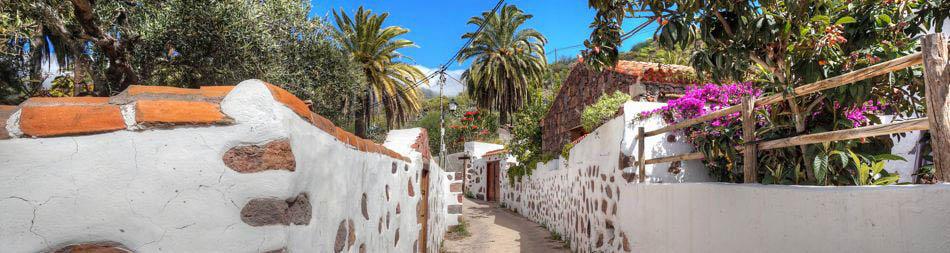 Gasse mit alten Häusern im typisch kanarischem Stil bei Santa Lucia