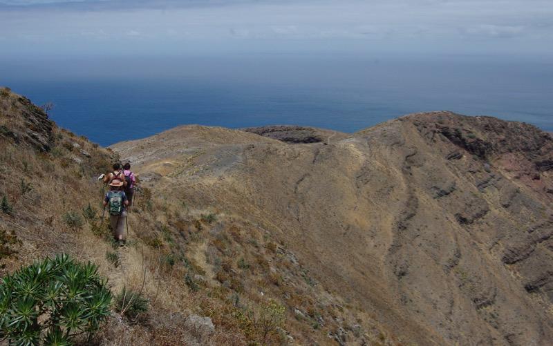 Wandergruppe im Sommer an den trocken steilen Hängen oberhalb vom Tal von Agaete
