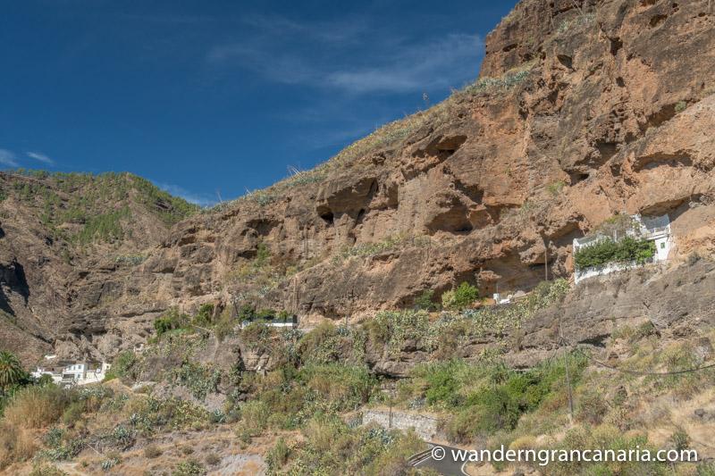 Felswand mit Höhlenwohnungen bei der Wanderung unterhalb von Acusa