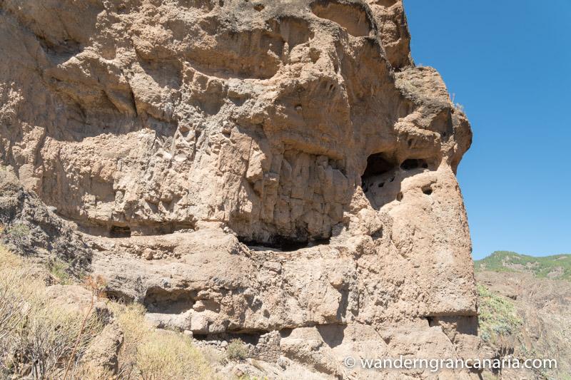 Felswand mit verschiedenen Höhlen der Ureinwohner von Gran Canaria