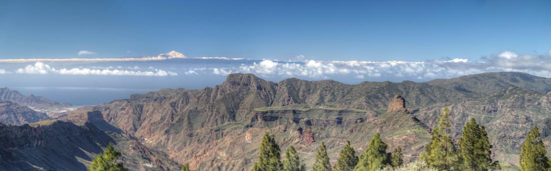 Blick vom Nublo nach Westen, zu sehen Roque Bentaiga, Altavista und der schneebedeckte Teide auf Teneriffa