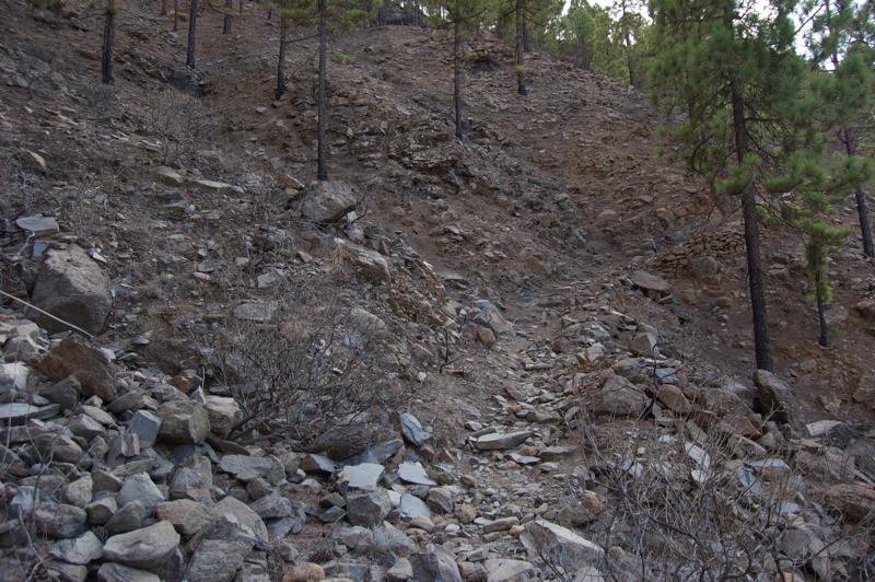 Steiniger, etwas steiler Wanderpfad auf der Wandertour oberhalb vom Chira Stausee