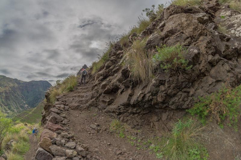 Wanderweg oberhalb vom Tal von Agaete mit Stufen durch die Felsen