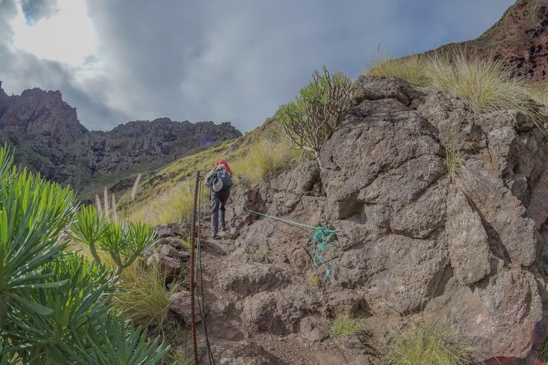 Mit Seilen und Seilgeländer gesicherter Teil des Wanderweges Tal von Agaete Tamadaba