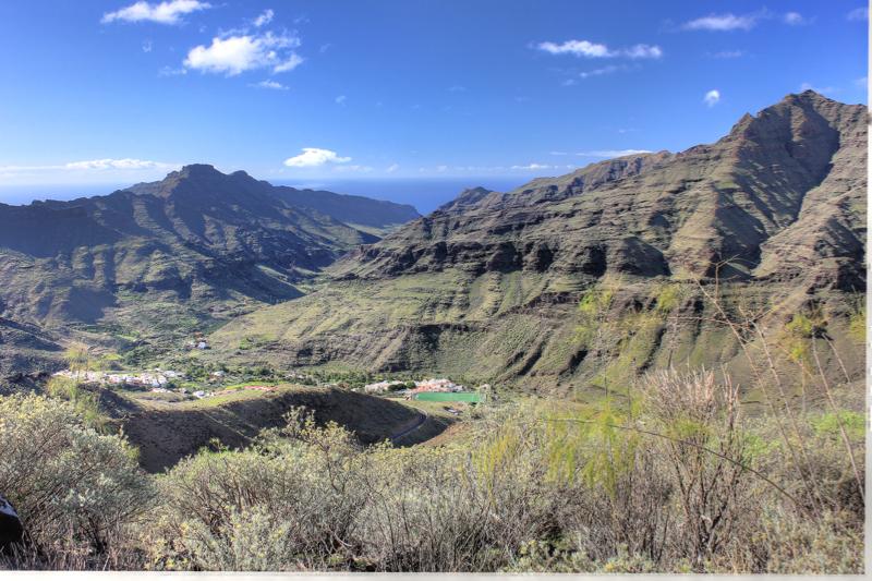 Tal von Veneguera im Winter und dahinter liegende Berge