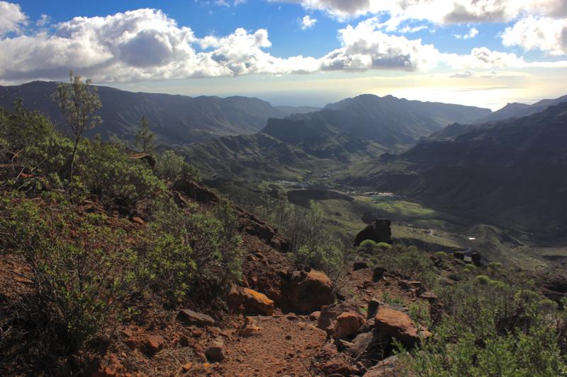 Etwas steiniger Bergabweg der Rundwanderung Los Azulejos mit Blick auf das Tal von Mogan und Veneguera
