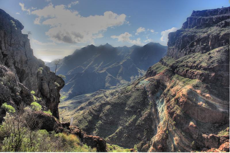 Felsiges Tal mit Blick auf die bunten Felsen von Los Azulejos, Gran Canaria