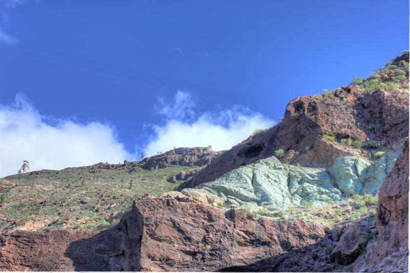 Grünes Felsband im Südwesten von Gran Canaria