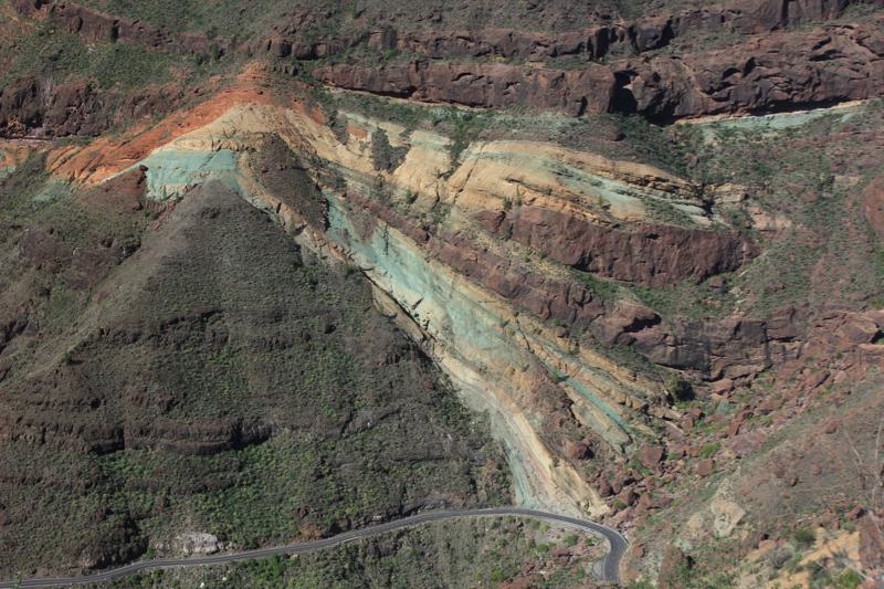 Mehrfarbige Felsen in grün, gelb und orange von Los Azulejos, Gran Canaria