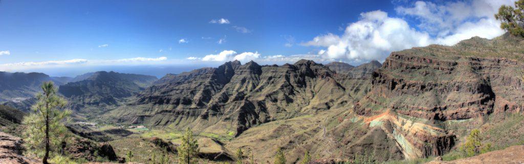 Bunte Felsen von Los Azulejos und Tal von Veneguera im Südwesten von Gran Canaria.