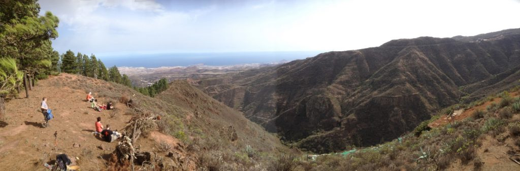 Pause beim Wandern mit Blick auf die Ostküste von Gran Canaria.
