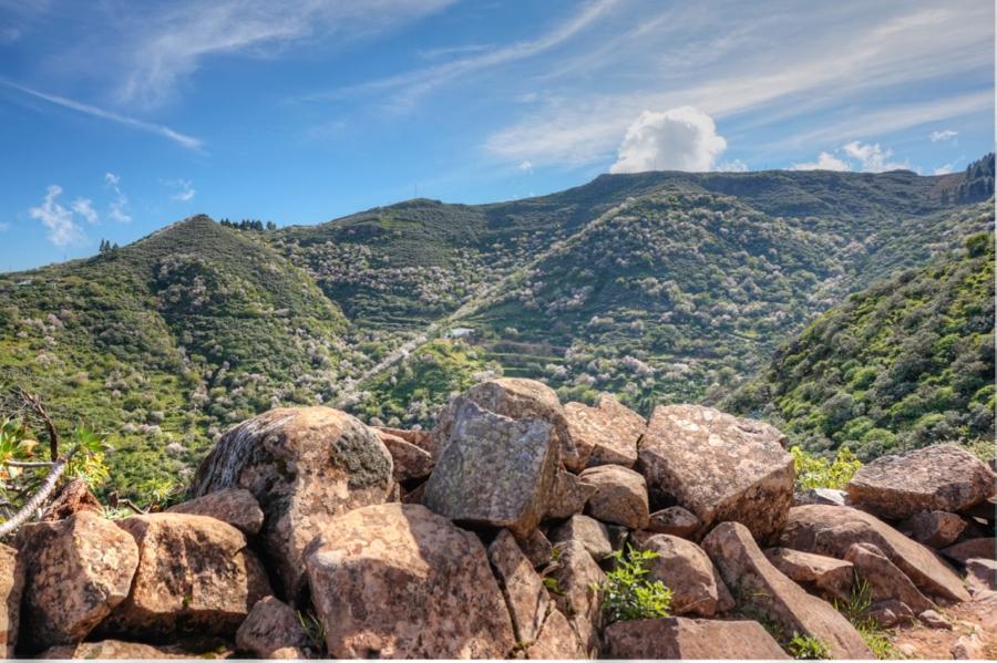 Mit Steinmauer gesicherter Wanderweg auf Gran Canaria